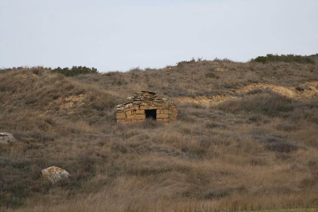 Cabaña frente balsa camino Lerín
